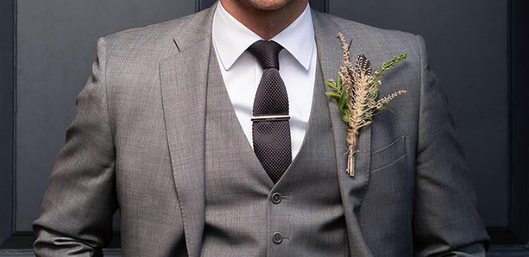 結婚式やパーティーシーンの時のネクタイピンの位置
